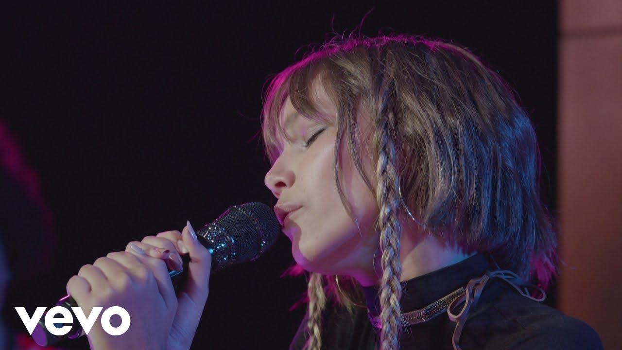Girl singing in vienna