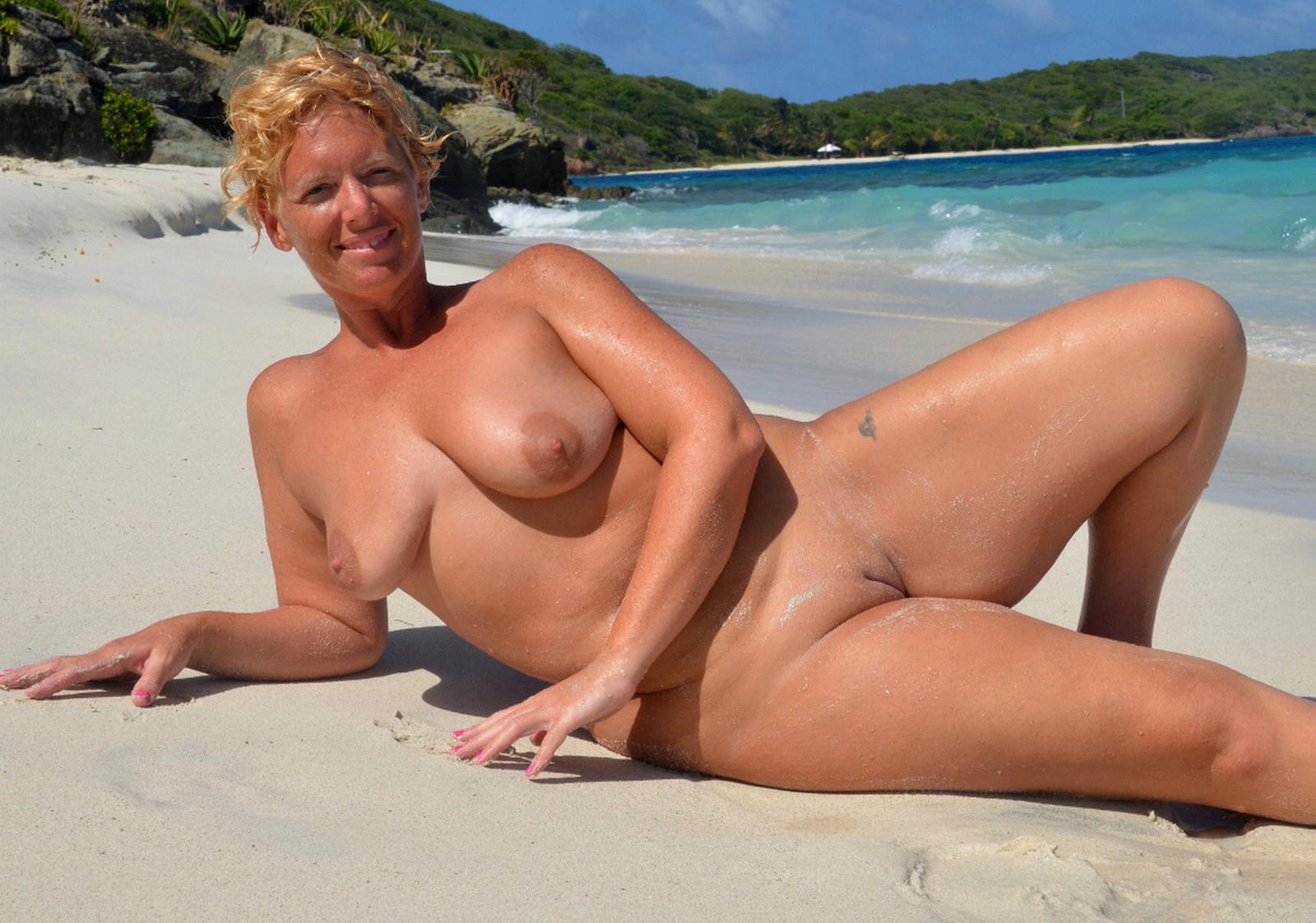 Nackt strand granny Nackte Mütter
